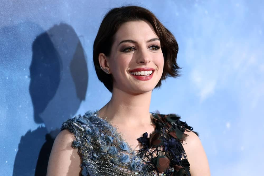The gorgeous Anne Hathaway isn't just beautiful but also super fashionable. She is totally rocking this super short bob that is almost chin-length and has a soft parting in the middle. From one side a lock of hair in the front has been given a slightly look to give the hair more volume and texture.