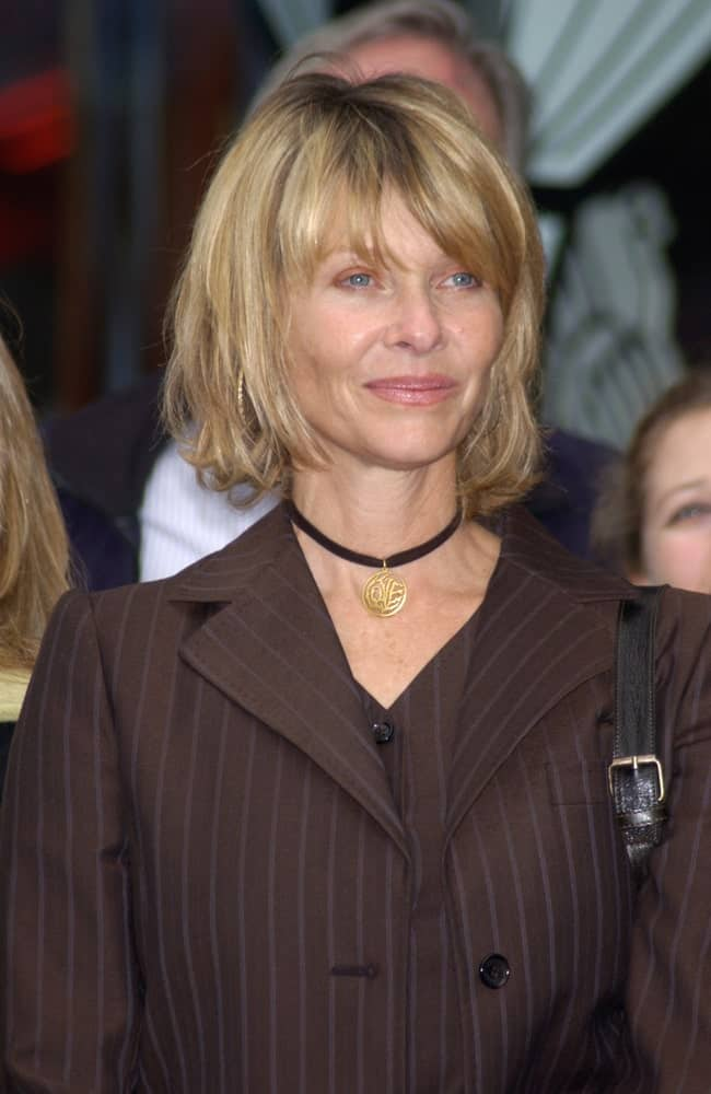 Can't find the time to spend a good 30 minutes in front of the mirror every morning? No problem – this messy and casual, yet extremely stylish hairstyle has got your back! Modeled by Kate Capshaw, the hairstyle is fairly simple. It features chin-length wavy hair and tousled bangs covering the forehead. The hairstyle aims to achieve sophistication through a messy, disheveled look.