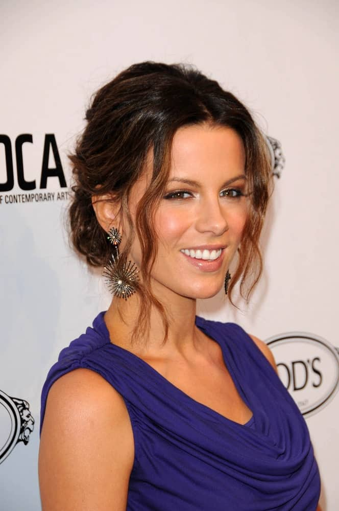 Kate Beckinsale demonstrates how you can pull your hair in a low messy bun and set free some wavy strands to look spectacular.