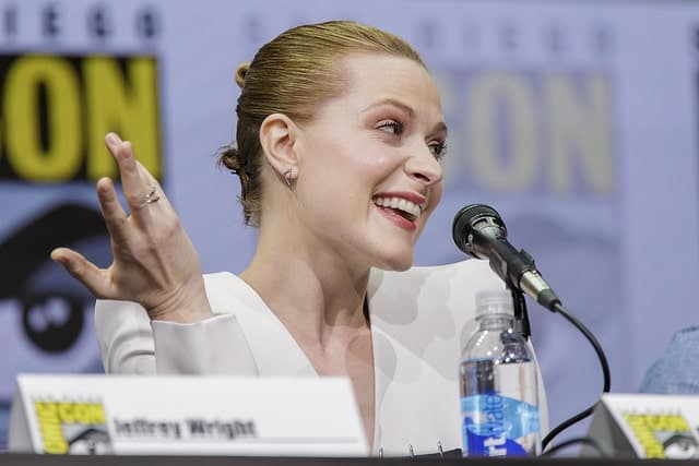 If you want to highlight your face shape, eyes and jawline, go for a slicked back style like Evan Rachel Wood. The actress turned many head during the San Diego comic con with her tightly combed-back and pinned-up updo.