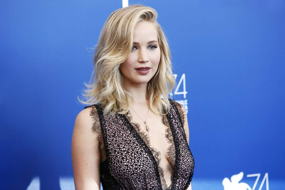 With the long bangs swept elegant to the side, Jennifer Lawrence looks absolutely stunning. The bangs start off straight but end in the perfect curl that compliments the whole look.