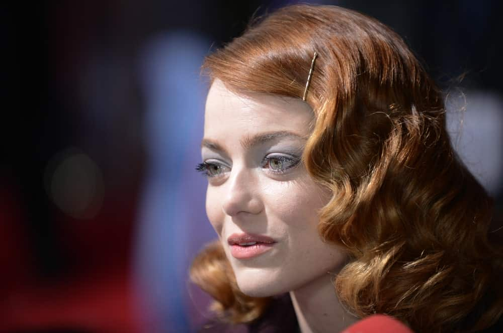 Who said Hollywood curls are just for long hair? Emma Stone pulls off the classic look with medium length locks and looks absolutely gorgeous. This is a safe go-to hairstyle if you want something elegant to go with.