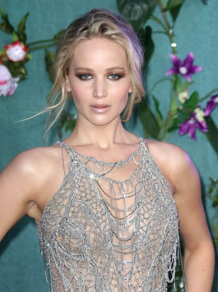 The silvery grey bangs of Jennifer Lawrence have been swept aside to frame her face in the perfect manner. They emphasize the jaw line so that it looks sharper than ever which can be quite a powerful look.