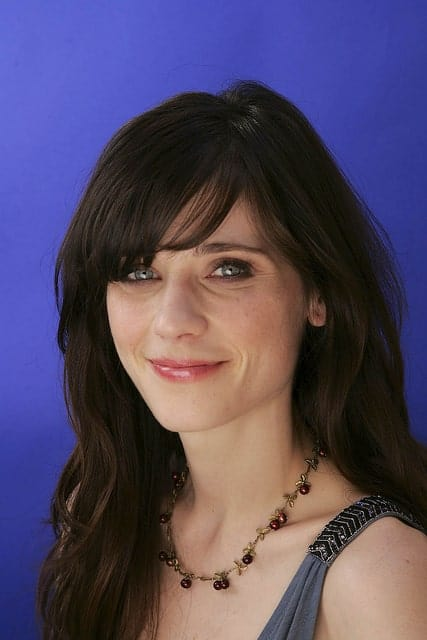 Flickr, [ebarrera] Zooey Deschanel can rightly be called the queen of bangs and her current hair length enables her to wear her bangs blunt or pushed to the side as in this candid shot.