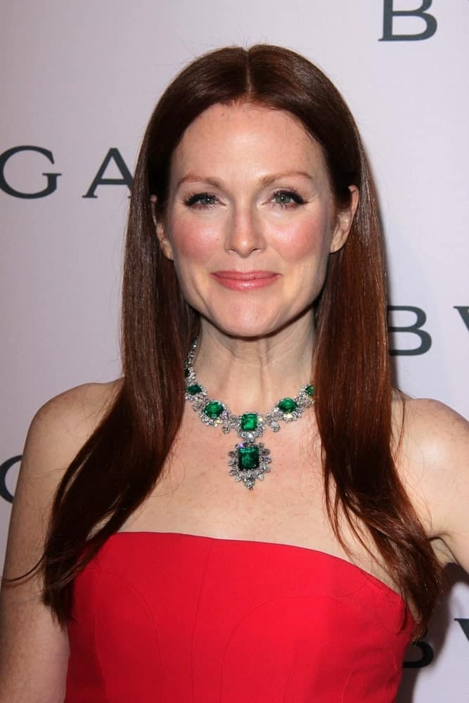 Julianne Moore shows how letting lose your fine hair and dividing them equally on both sides can make you look effortlessly beautiful. Wear some eye-catching jewelry to counterbalance the otherwise pain look.