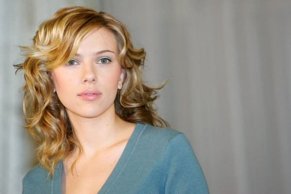 Flickr, Celebrity Cowboy This medium length look is a classic one and we simply love those extra waves. Scarlett Johansson definitely knows how to look trendy and stunning with side-swept bangs.