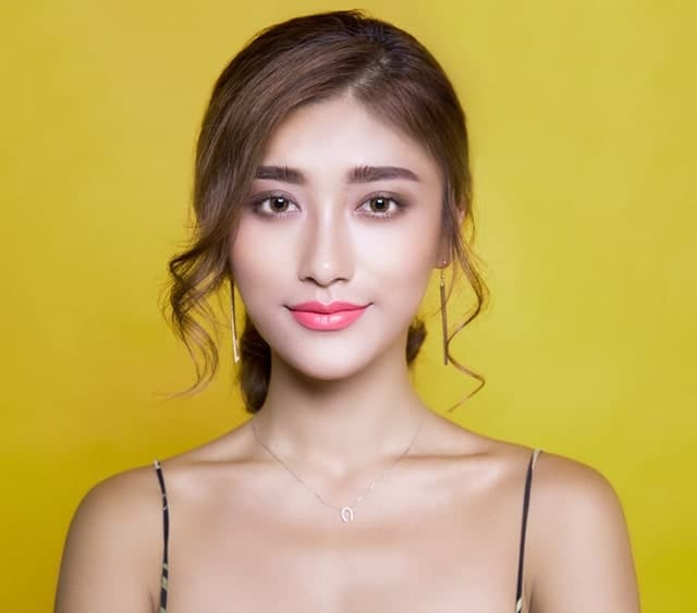 Side parted chin-length bangs look really amazing and frame the face perfect. When paired with a pony or a bun, they can look really elegant and beautiful.