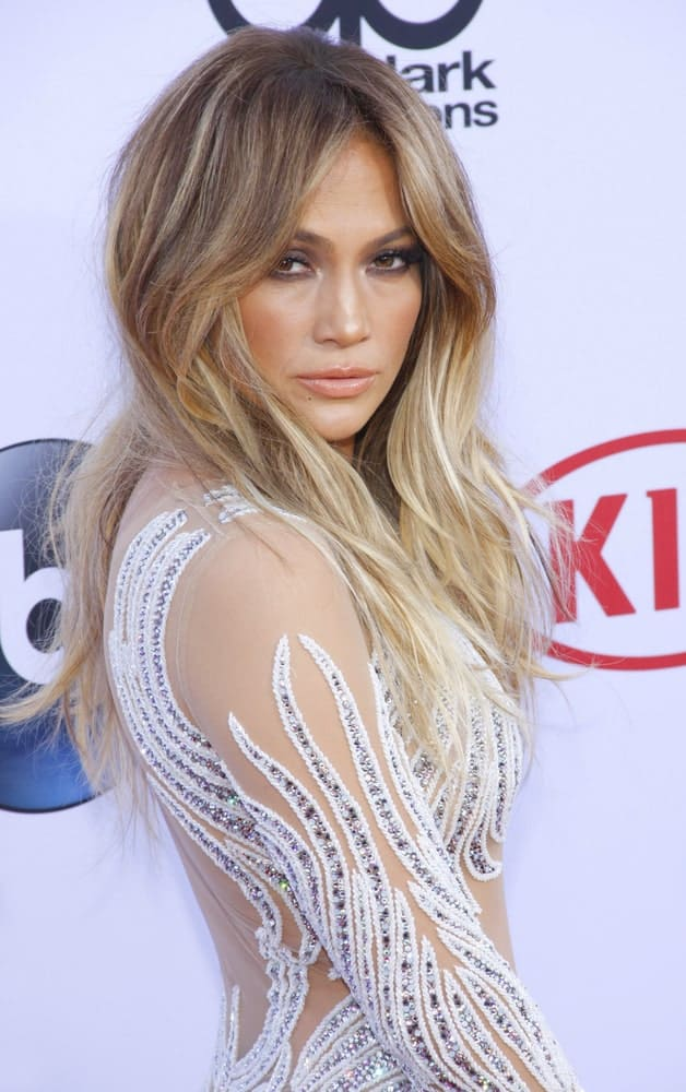 With a slightly disheveled look and long wavy hair, Jennifer Lopez beautifully sports phenomenal side bangs. This hairstyle features volume like none other and is best suited for naturally wavy hair.