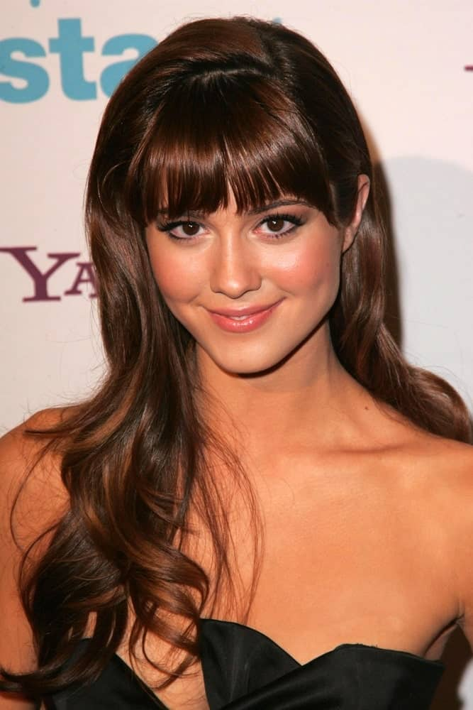 The best thing about blunt bangs is that they look as sassy with long hair as they are classy with short! Mary Elizabeth sported this hairstyle that features blunt bangs with long hair. Note how the hair has a slightly curvy look at the end. This adds texture to the hairstyle, resulting in a charming look.