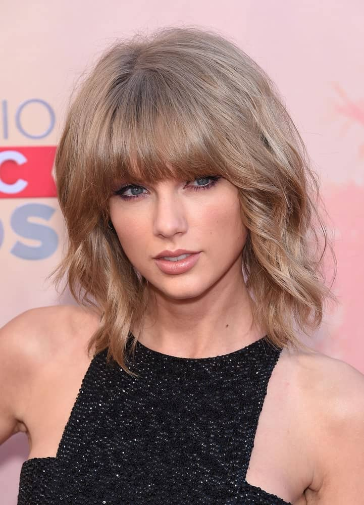 Taylor really likes blunt bangs! This hairstyle is the perfect example to bust the myth that blunt bangs look good only with sleek, straight hair. This sassy hairstyle features straight-cut blunt bangs and short wavy hair. The wavy texture adds volume to give your hair a fuller look.