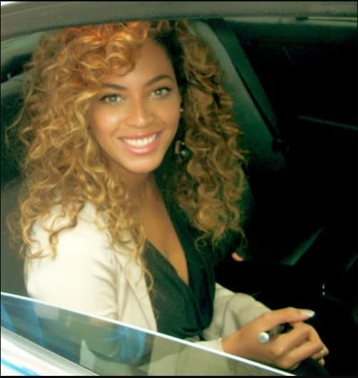 Here, Beyonce has really right curls, which look amazing on her. The side bangs end at her cheekbones and looks perfect in the blond dye. If you have tight curls, this look is wonderful for you.