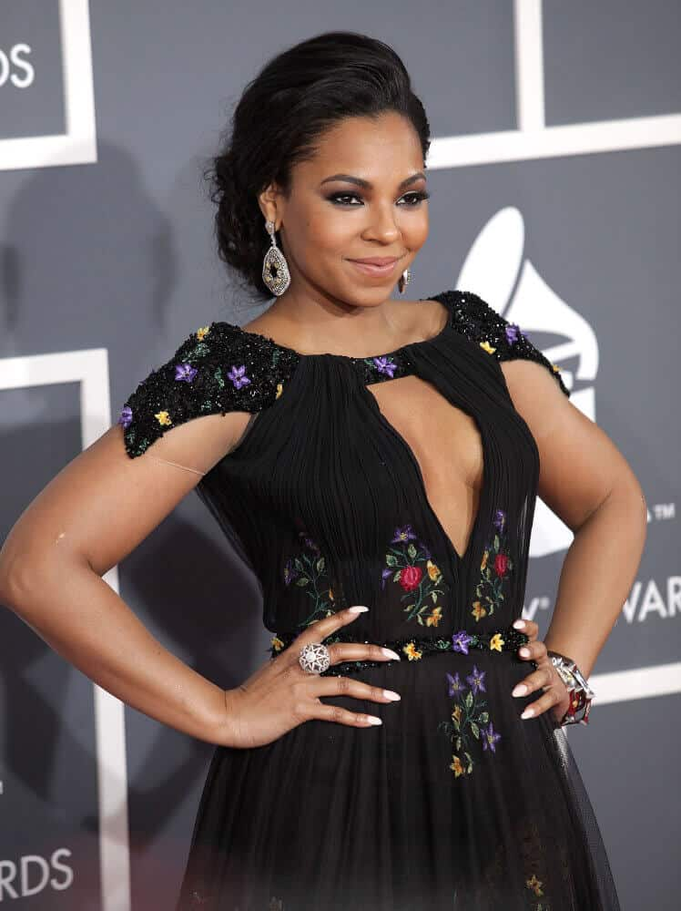 Ashanti's black hair in a simple updo during the 2013 Grammy Awards looks very regal, indeed.