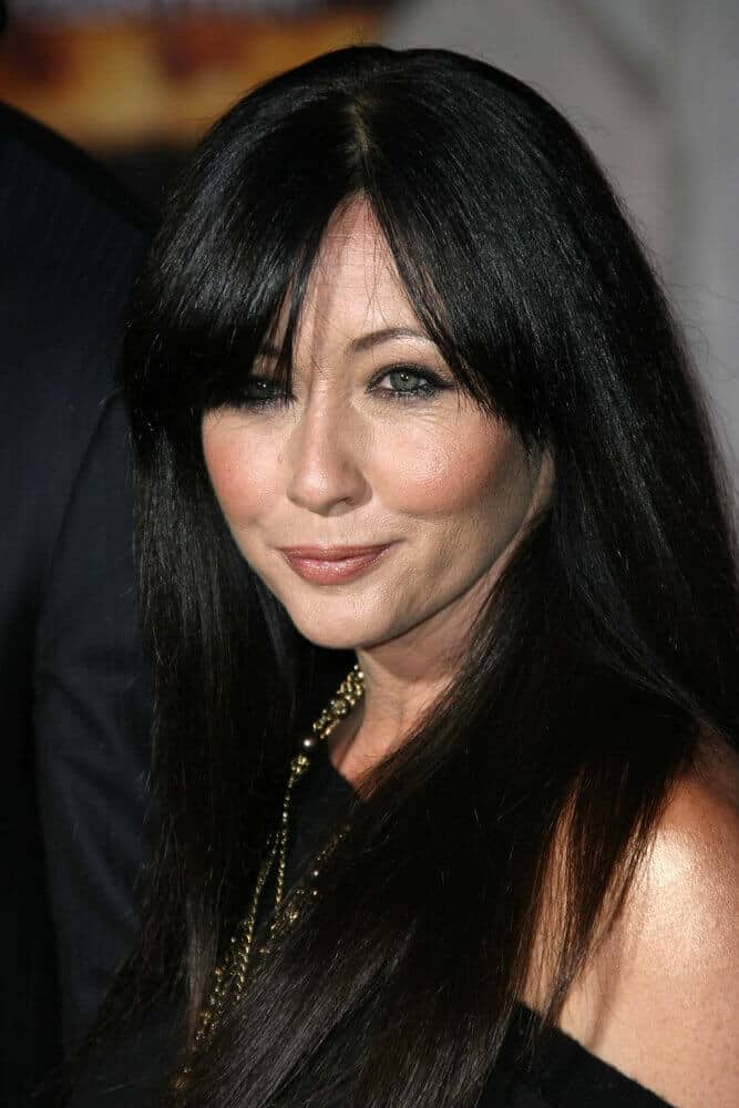 Shannen Doherty looking extra gorgeous with her thick, black hair freely flowing down her shoulders. The side-parted bangs gave this look an extra style.