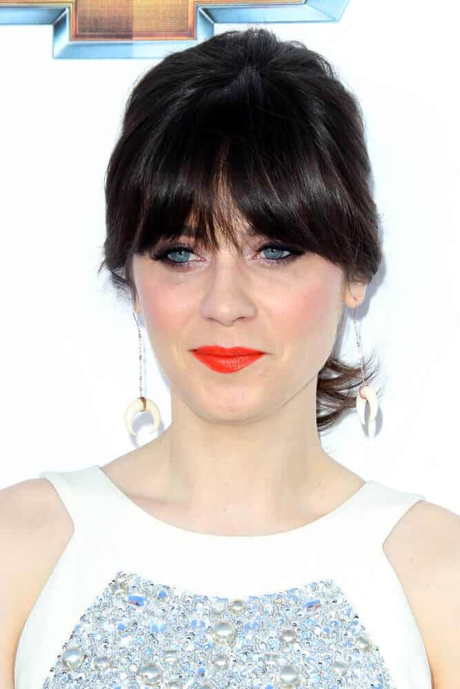 We are used to Zooey Deschanel having blunt bangs with her loose, thick hair all over. The 2012 Billboard Awards must be really special since she attended with her medium-length hair tied into a low ponytail. Her curtain bangs made this whole look softer and more feminine.