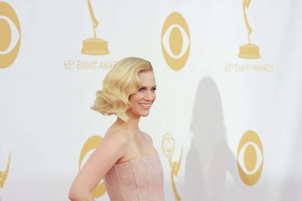 With her true blond hair, January Jones has always nailed the curled look. Here, the actress has waved her hair in a vintage style, reminiscent of Marilyn Monroe and made its stay with lots of styling products.