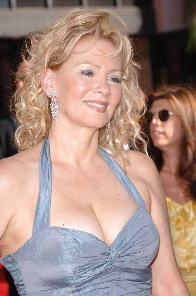 This is Jean Smart with her old-school kind of a curly hairstyle with small, tight curls all through the hair with slight-cut fringes in the front.