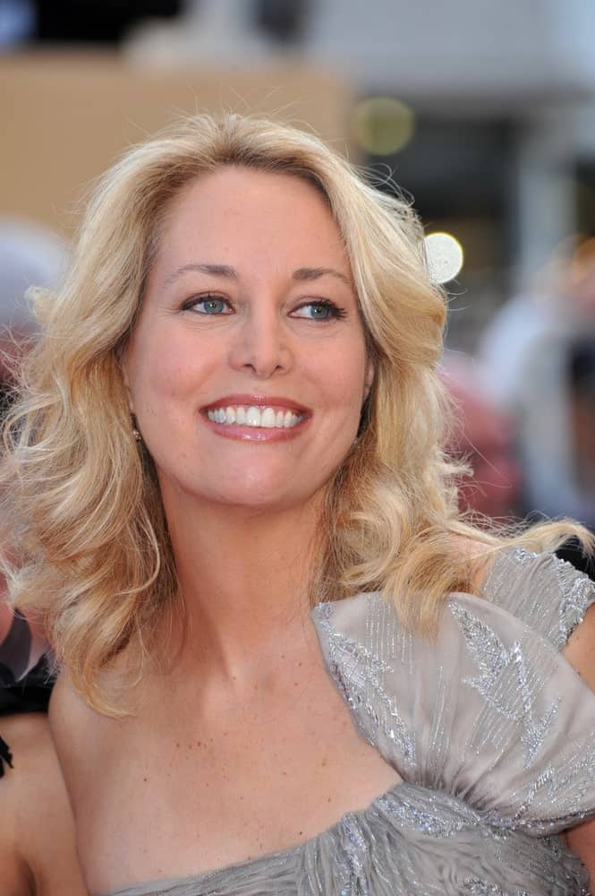 Valerie Plame Wilson dons this super modern and stylish hair up-do with a middle parting and soft waves-like curls going on all over the hair. The curls are super loose and free which give the hair amazing texture and volume. This is one of those versatile hairstyles that look good with any attire and suit every occasion.