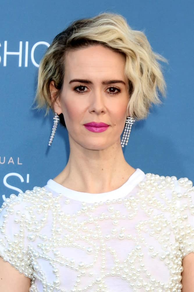 This attention-demanding layered bob haircut for women is guaranteed to turn heads wherever you go. Take notes from Sarah Paulson who has dyed her hair in stark contrasts and brings out the bendy layers by brushing the dyed half over to one side and pushing the other strands behind the ear.