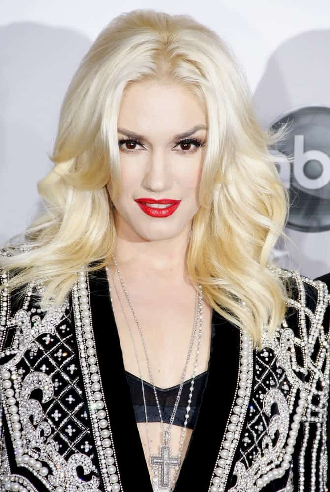 Straight hair is easily one of the best types of hair to play and experiment with. Gwen Stefani gives us excellent hair ideas with this look. With a clean middle parting and hair equally divided in two sections, it is super voluminous style because the hair has been cut into several layers that fall on top of each other and giving it a beautiful, wavy look.