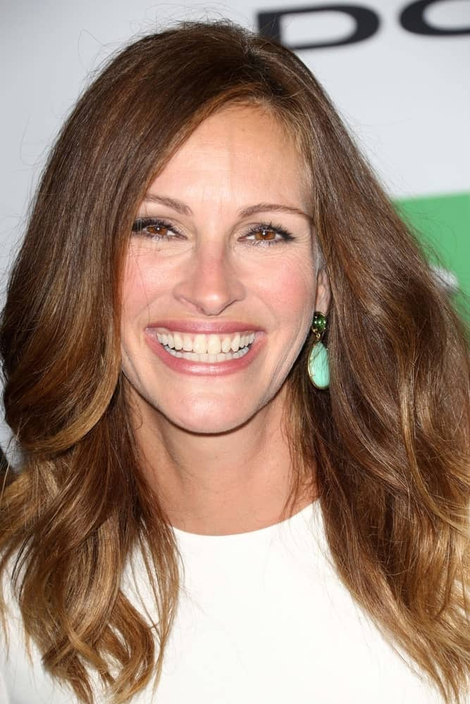 Julia Roberts looks absolutely stunning with softer, more relaxed waves at the base of her neck. Styling waves further down your head is a great way to keep your overall look elegant and put together.