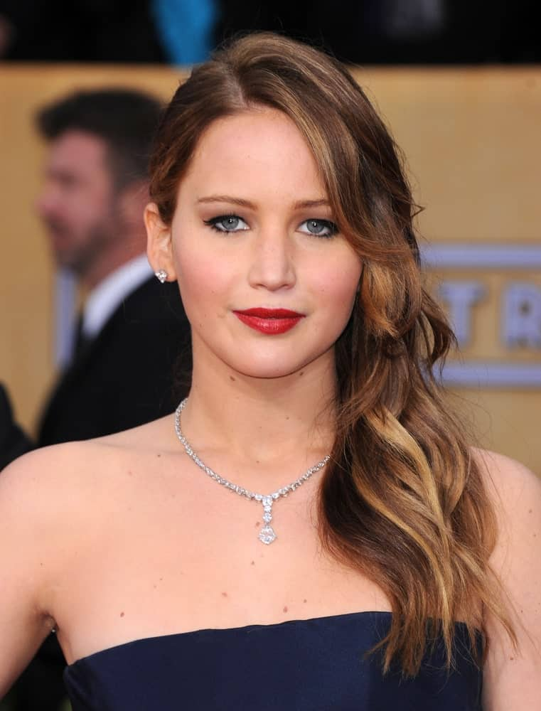 Jennifer Lawrence is back at it again with another amazing highlighted hair look. This time she has long layers of yellow-brown and gold highlights that are a little wavy, which is exactly what brings out the color of the highlights.