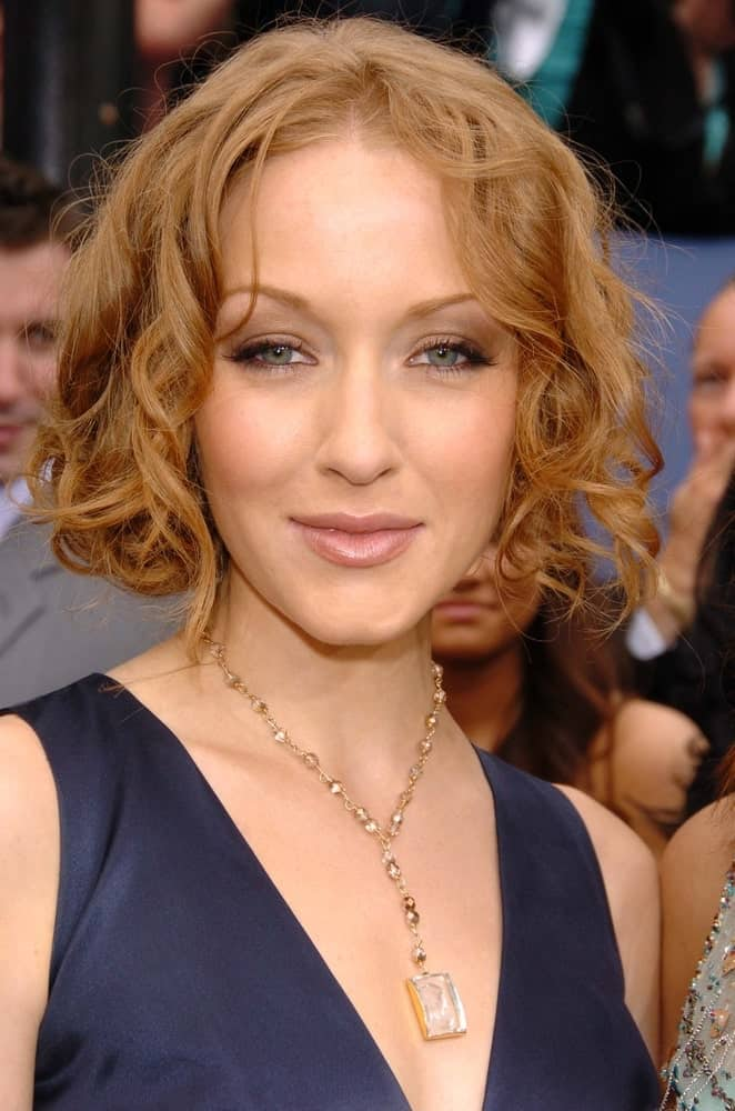 Jennifer Ferrin presentsmajor hair goals with this super short and funky hairstyle. This ultra-short bob has been styled into beautiful soft and subtle curls that fall on either side of the face. Interestingly, this hairstyle gives a very innocent and a super adorable look!