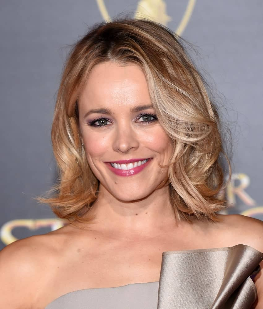 Rachel McAdams manages to pull off a super simple looking hairstyle in the most stunning and a stylish manner. This is yet another shoulder-length bob with layers of slightly wavy hair falling on top of each other. Although quite similar to a few other bob hairstyles, this one still stands out and looks really pretty.