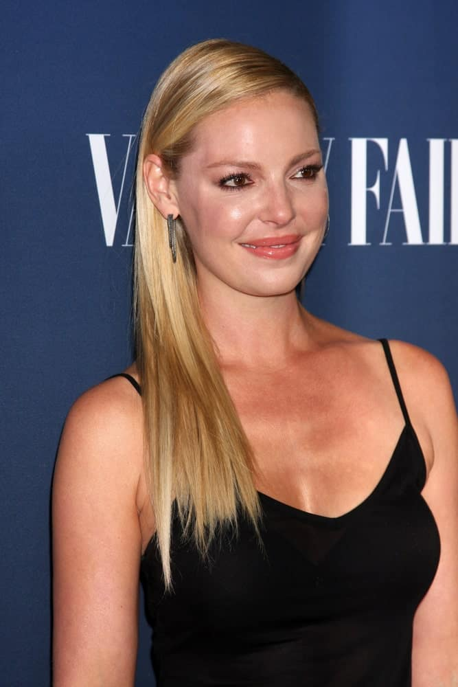 Katherine Heigl looks like a living doll in this hairstyle. Simply gather all your straight hair to one side, do a side parting and pin all the hair behind the ear. This is just so basic, clean and beautiful.
