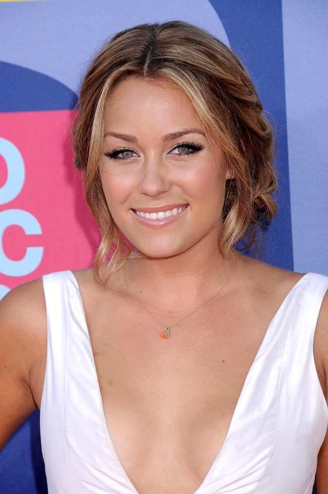 Here we see the gorgeous Lauren Conrad wearing her short hair with highlights in an impressive manner. A few strands have been loosely clipped back with a few others delicately framing her face from either side. A blend of light blonde highlights in hazelnut brown hair is without a doubt a genius combination.
