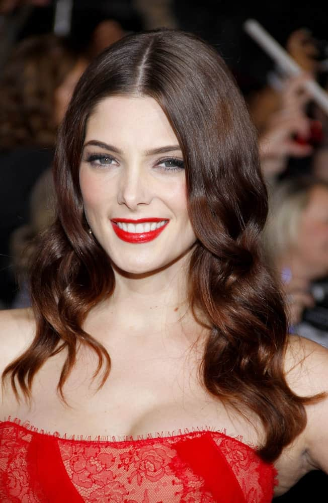 Here we see the charming Ashley Greene sporting an easy-going curly hairstyle for women. Her middle length hair has been loosely tousled to achieve a faux curly hair texture in her otherwise straight hair. The tips seem to have been dipped in a light caramel shade for a fancier finish.