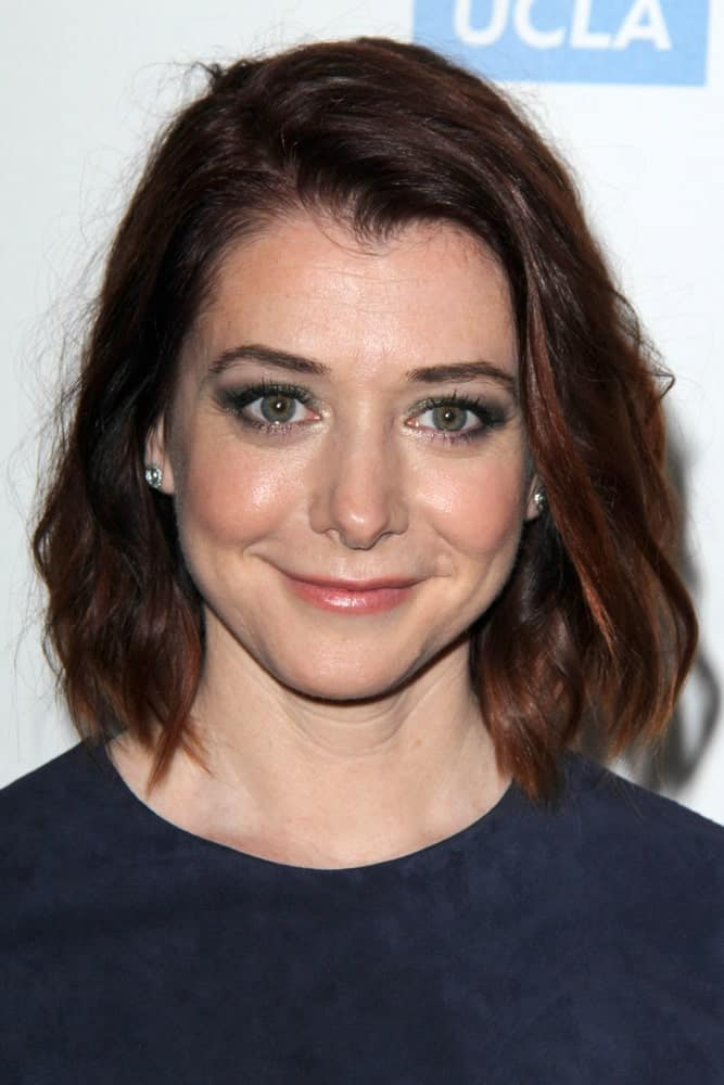 The famous 'How I Met Your Mother' star, Alyson Hannigan looks great in this short hairstyle. It's a bob hairstyle with very subtle and slight waves going on all over the hair.