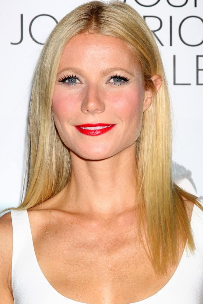 Straight and blonde hair has never looked as regal as it does on Gwyneth Paltrow. Although super simple and basic, this hairstyle does its job perfectly. Simply do a middle parting, throw your back from one side and bring it to the front from the other but slightly pinned behind the ear.