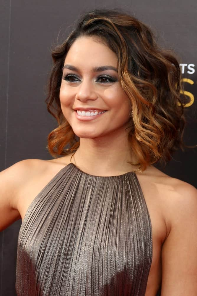 Vanessa Hudgens loves short hair with highlights, and we love the way she styles it. Side-swept tousled waves with caramel highlights at the front, coupled with a messy bob cut make her look exquisite beyond words.