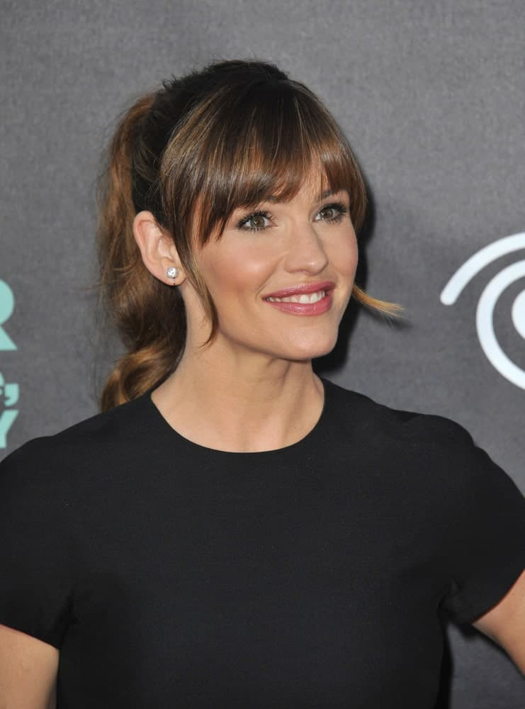 Not a fan of open, loose hair? No worries, tie it up in a beautiful, bouncy pony-tail just like the stunning Jennifer Garner. She pulls off this look flawlessly with her hair pulled back in a high pony-tail and cute fringes in the front that greatly compliments the entire look.
