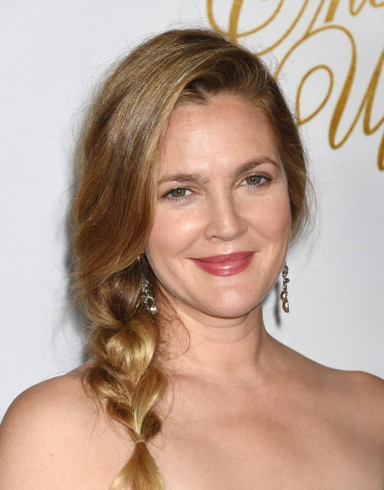Don't like to let your hair down or make it into a sleek ponytail? No worries, because Drew Barrymore is here to give you absolutely new and unique hairstyle ideas. Pull your hair towards one side and make a fishtail braid out of it. Not only is it easy to do, it also looks super unique.