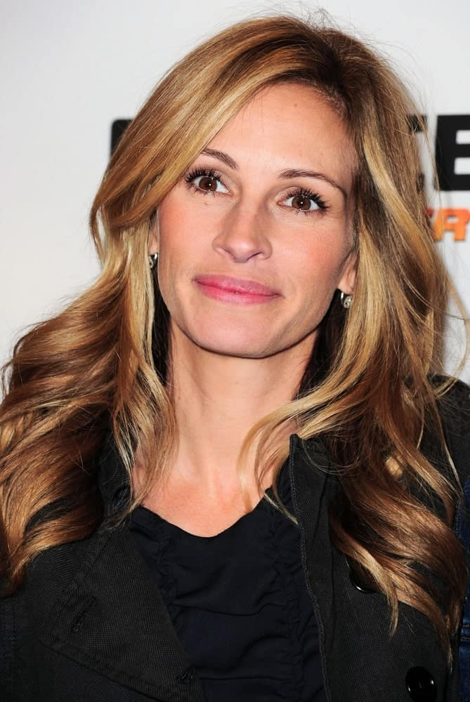 For all the Julia Roberts' fans out there, here is the incredible actress giving you major highlighted hair goals with gold and black highlights running all over from top to bottom. The hair has been slightly curled outwards which beautifully emphasizes her subtle highlights.