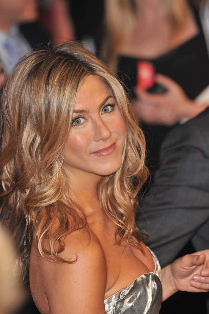 The beautiful and popular Jennifer Aniston never ceases to give her fans ultimate hair goals and inspiration. She does it again here with her incredible wavy-curls. While the hair till mid-length is a little towards the straight side followed by elongated curls and a neat side parting.