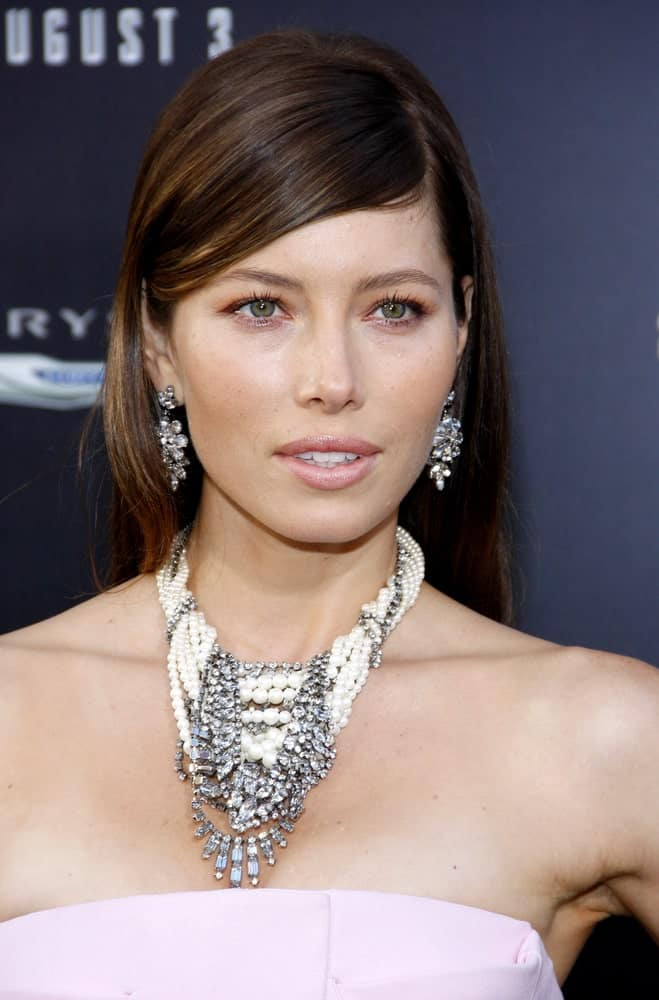 Jessica Biel demonstrates that one of the biggest advantages of having short straight hair is that you don't need to fuss around at all. Comb it once, part it sideways and voila! You are ready to go! And if the style seems too simple, then you can accompany it with some heavy and dazzling jewelry to counterbalance the otherwise plain look.