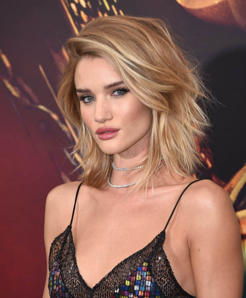 Rosie Huntington-Whiteley uses the tousled look to create a messy sweeping hairstyle. The shoulder length hair looks carefully set to look messy, giving her a really elegant look overall.