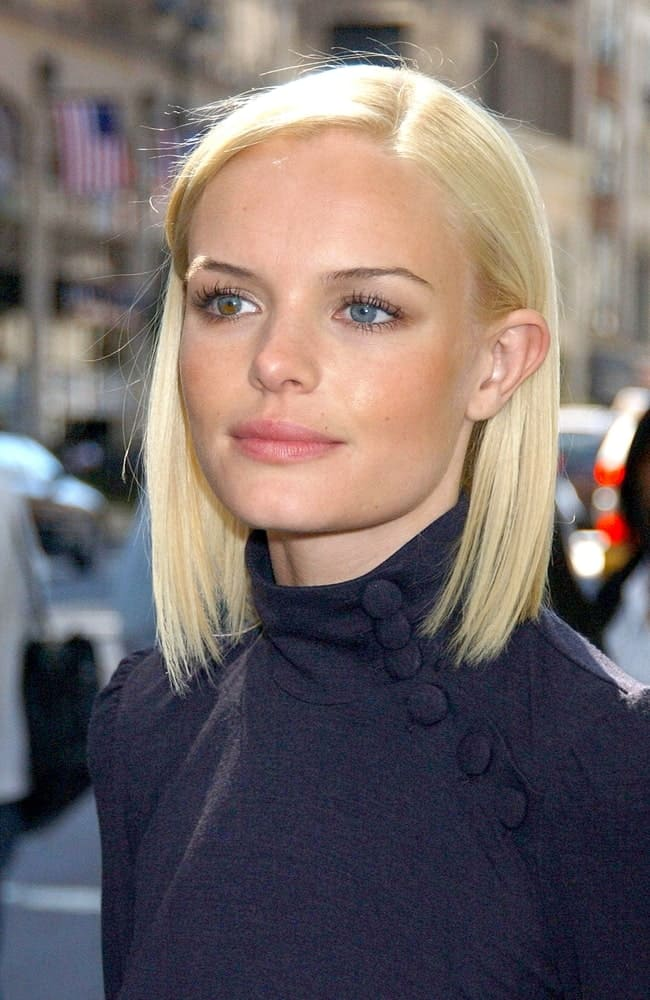 Short and sleek, Kate Bosworth pulls off this hairstyle with great perfection. It is a simple hairstyle with a side parting and hair that is pinned back behind both ears.