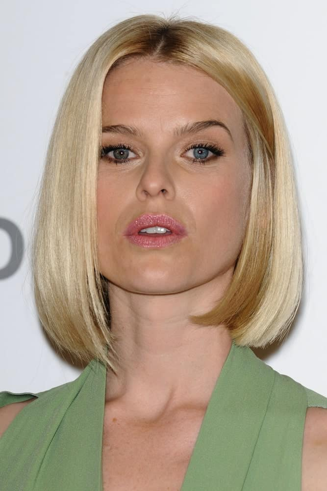 With style and poise on point, Alice Eve dons this long bob with utter grace and elegance. It is a simple, sleek bob parted in the middle with hair that has been styled inwards from the bottom.