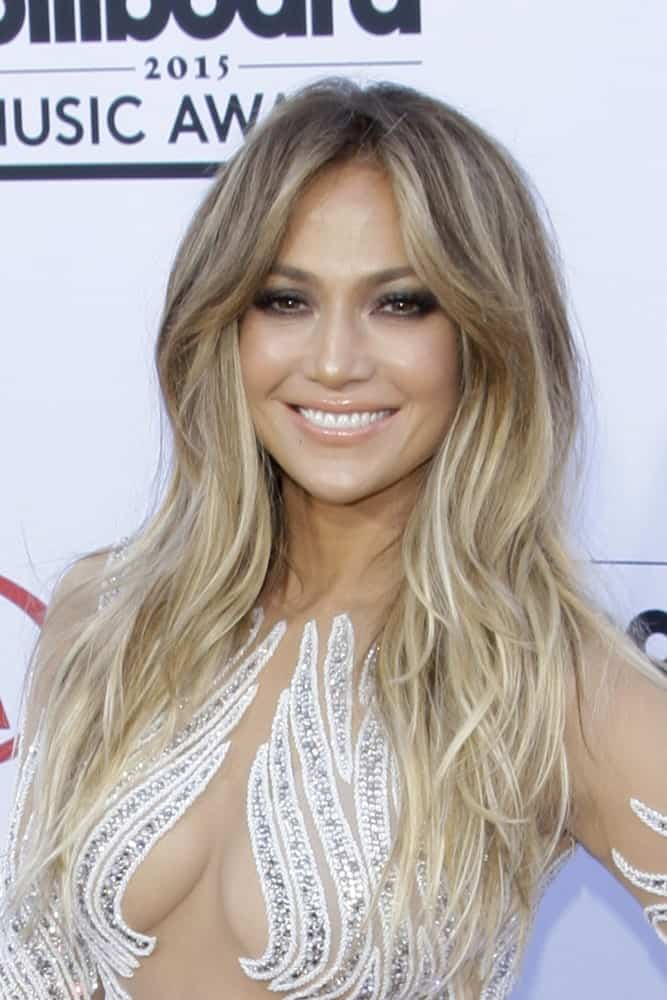 Jennifer Lopez never stops giving us major hair goals, and she is certainly doing it again with this highlighted look. With dark colored highlights at the top followed by loose strands of gold-white hair at the bottom, this is an ideal combination of stylish and simple.