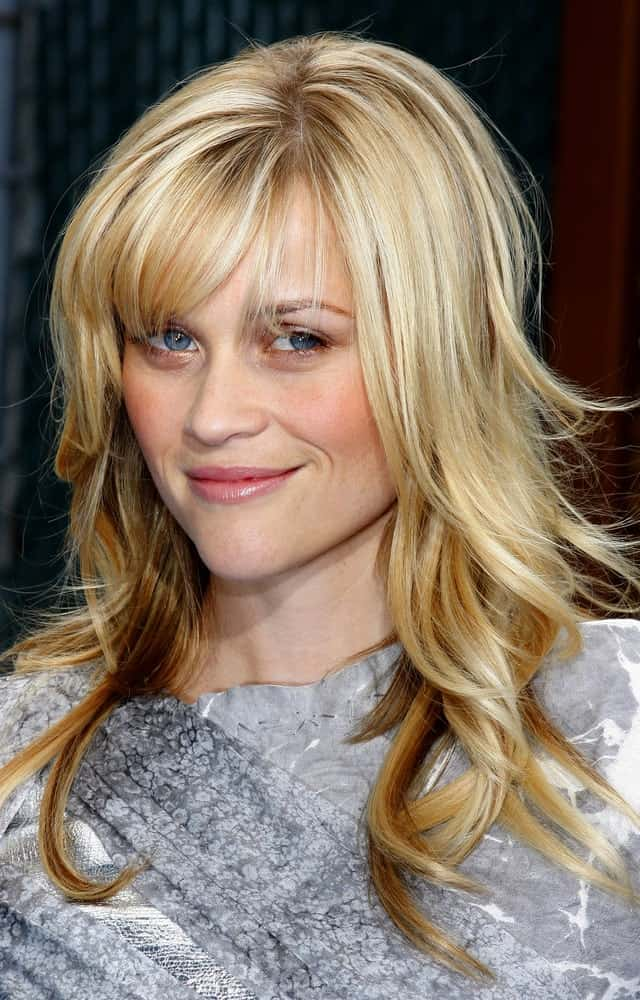 A young Resse Witherspoon looks absolutely adorable with soft side bangs and wavy hair at a premiere in 2009. A decade later, this hairstyle can still outshine many others because of its simplicity and chic.