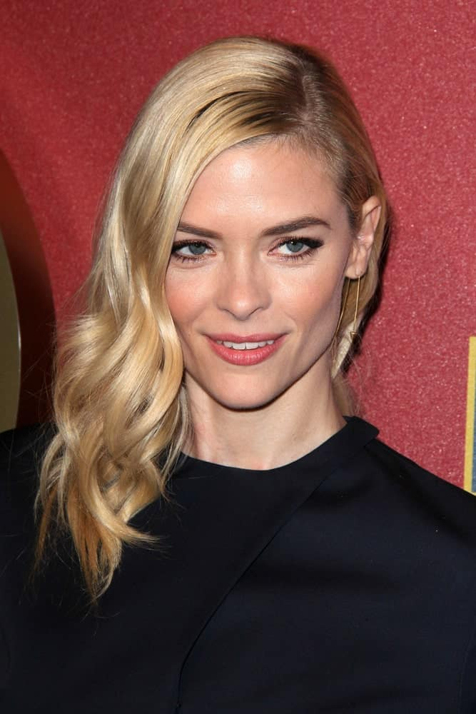 Every time you wish to do something low-key different with your straight hair, take a leaf out of Jaime King's books and rock this hairstyle like she is. A side parting followed by all hair gathered to one side with one exception that the hair has been styled into soft tendrils that elegantly fall onto the shoulders.