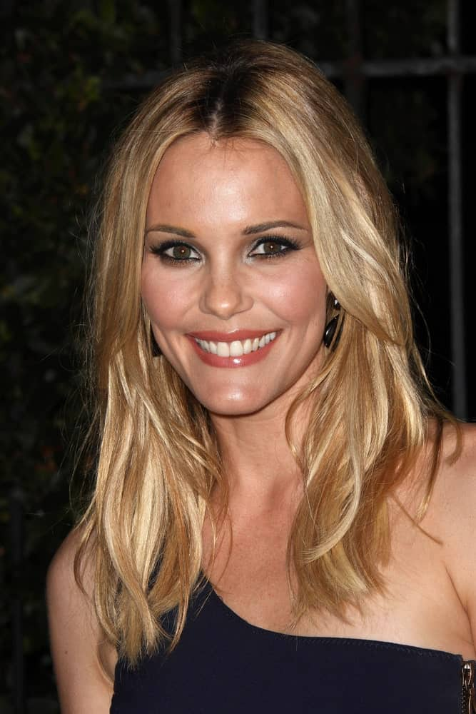 Truly stunning, Leslie Bibb looks really pretty in this hair look with waves-like straight hair that has been parted in the middle and allowed to let loose in the front.