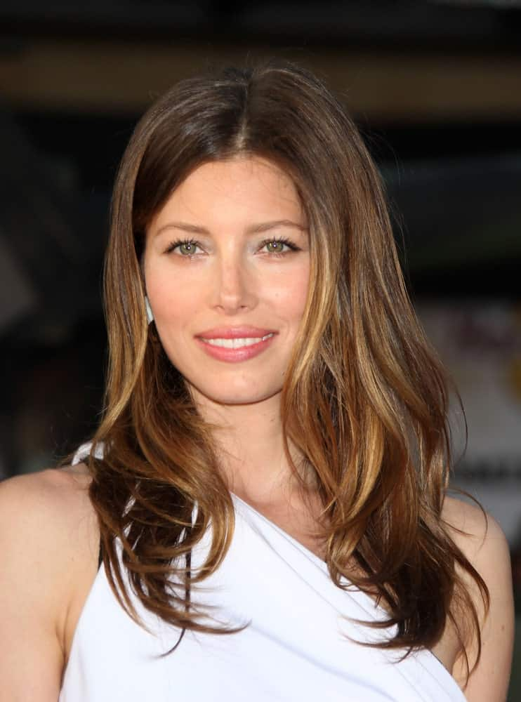 Jessica Biel looks absolutely stunning with her highlighted look with a mixture of soft brown and gold tones going all over her hair. This has to be one of the simplest and decent hair looks with subtle highlights throughout the hair.
