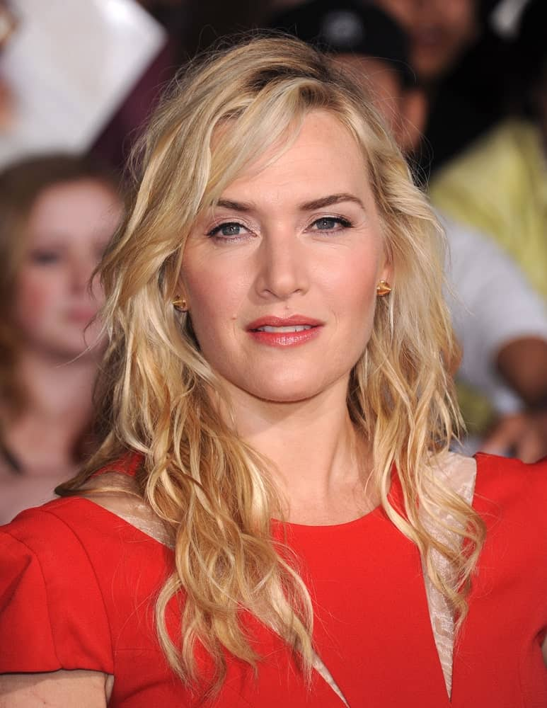 Kate Winslet has swept her bangs carelessly to the side with the tousled hair, which creates the perfect effortless look that she pulls off perfectly.