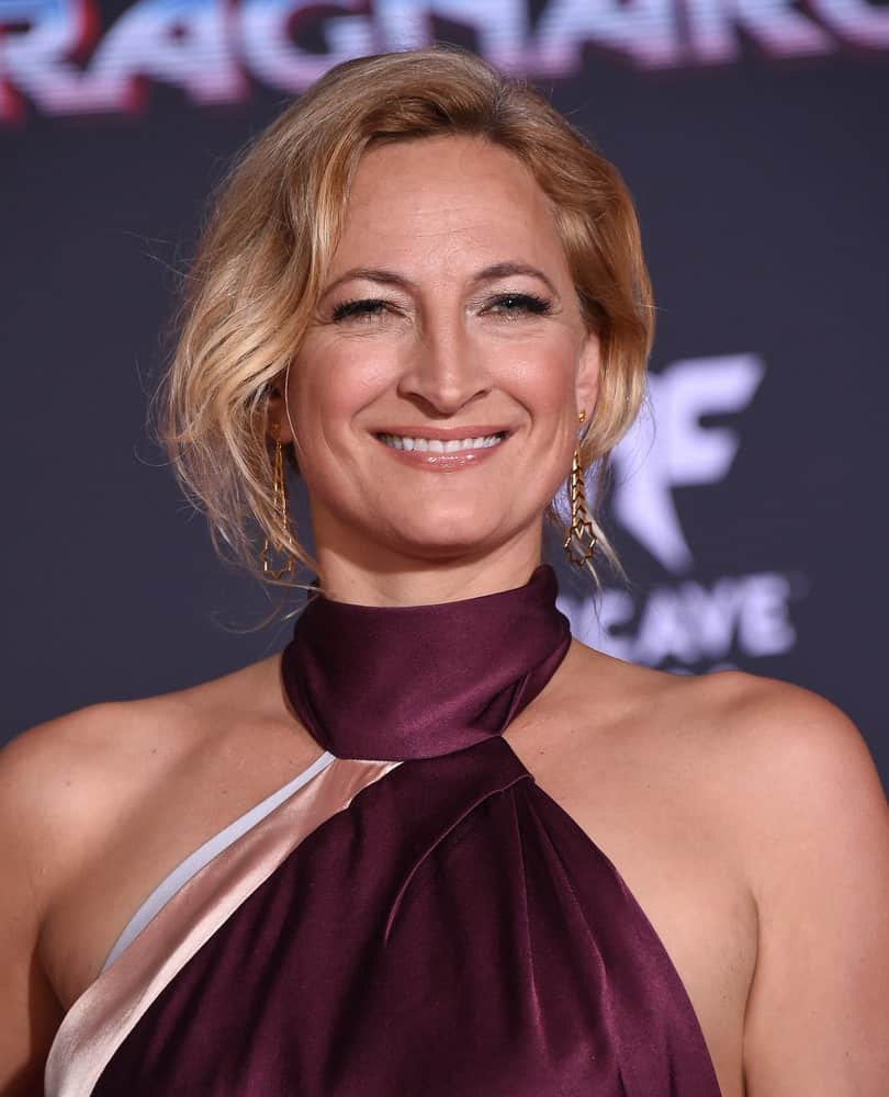 Some people believe that bob cuts are only for the young, college-going girls, but Zoe Bell puts all such notions to shame. Styling her ear-level, deep blonde hair in a casual side-part coupled with wavy layers on each side, she proves that a layered bob haircut perfectly fits women of all ages.