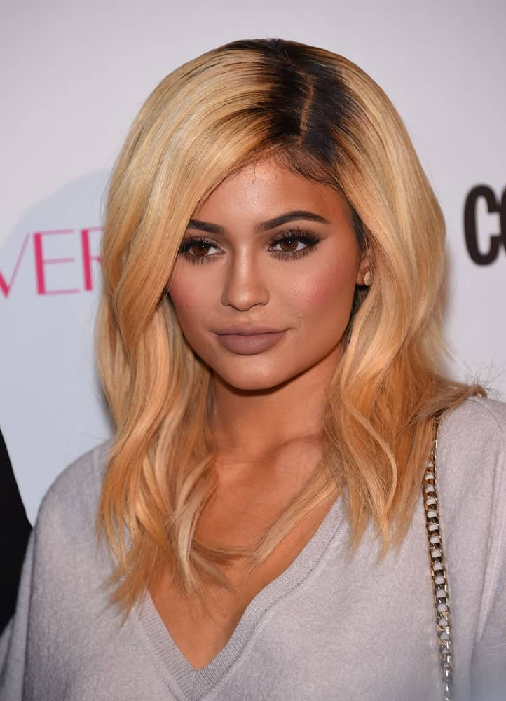 Want to look like the world's youngest billionaire? Try going for dark roots and a contrasting, lighter shade for the rest of your hair. Kylie Jenner's waves look so classy here; we absolutely wish we could steal the look!