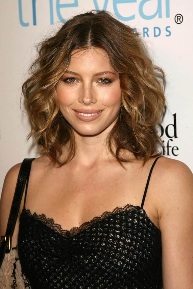 Takes notes from Jessica Biel on how to look stunning with such an easygoing hairstyle. Tousled, chin-length brown hair that has been center-parted and highlighted with honey gold hues is a good style to sport on weekend parties as well as other events.